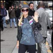 Regardez Paris Hilton débarquer avec humour à la télé... en jogging-casquette !
