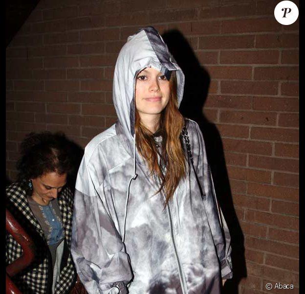 Rachel Bilson dans les rues de Los Angeles, sous la pluie