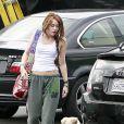 Miley Cyrus se rend en studio d'enregistrement en jogging-baskets... et en compagnie de Mate, son chiot de 2 mois et demi.