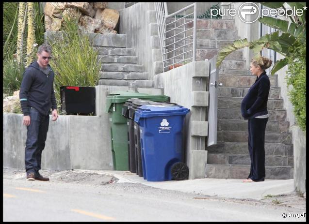 Eric Dane et Rebecca Gayheart font du rangement dans leur maison avant l'arrivée du bébé le 8 février 2010