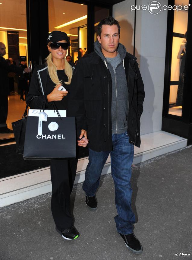Paris Hilton et Doug Reinhardt font du shopping sur l'avenue des Champs Elysees et rue du Faubourg St Honoré à Paris le 9 février 2010. Le couple s'est rendu chez Colette, Chanel et Sephora avant de rejoindre le Ritz