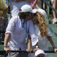 """Dans les gradins, Paulina Rubio et son époux ne semblent pas tellement concentrés sur ce qu'il se passe sur le terrain. Pour leur séance de biz(o)utage, ils obtiennent donc la palme du """"baiser le plus sportif"""" !"""