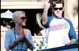 Pink et son chéri Carey Hart : ils aiment toujours autant les paparazzi... Oh, un vilain doigt !