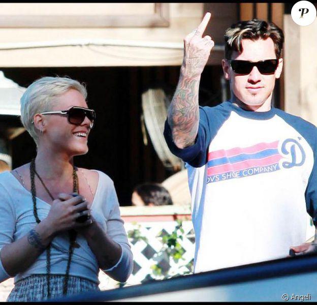Carey Hart fait un doigt d'honneur à un photographe dans les rues de Malibu, le 7 février... pendant que sa chérie Pink préfère en rire !