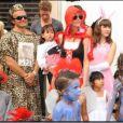 Laeticia Hallyday au Carnaval à Saint Barthélémy avec sa soeur Margaux et ses deux choupettes Jade et Joy.