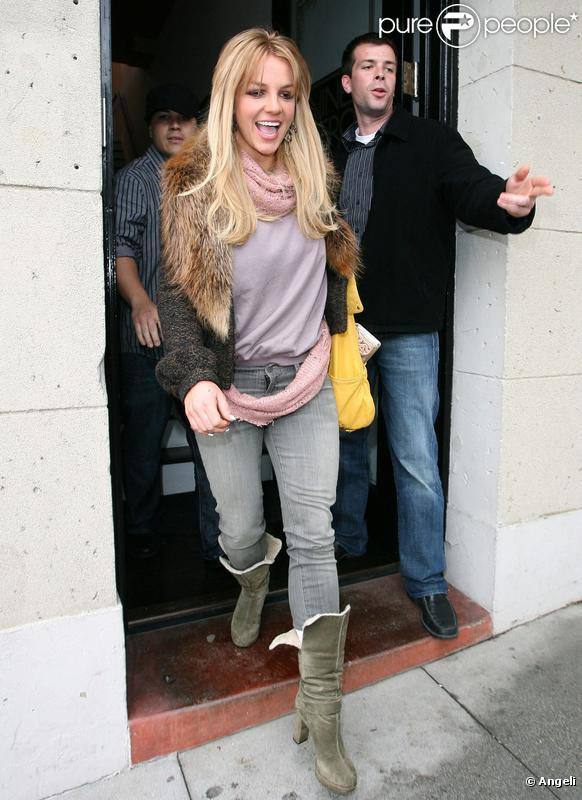 Britney arbore sa nouvelle couleur blonde, samedi 27 février, lors d'une virée shopping à Beverly Hills.