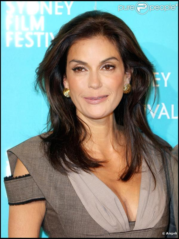The 53-year old daughter of father Owen Walker Hatcher and mother Esther Beshur, 168 cm tall Teri Hatcher in 2018 photo