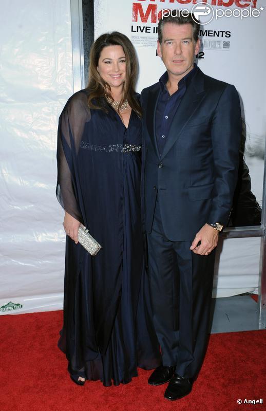 Pierce Brosnan et son épouse Kelly Shaye Smith lors de la première de Remember Me à New York au Paris Theater le 1er mars 2010