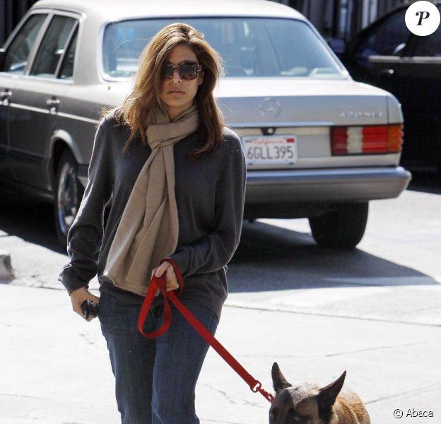 Eva Mendes et son chien à Beverly Hills, le 9 mars 2010