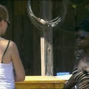 """La Ferme Célébrités en Afrique : Regardez Kelly convaincre Surya que David est un manipulateur... alors que Mickaël est """"con comme un balai"""" !"""