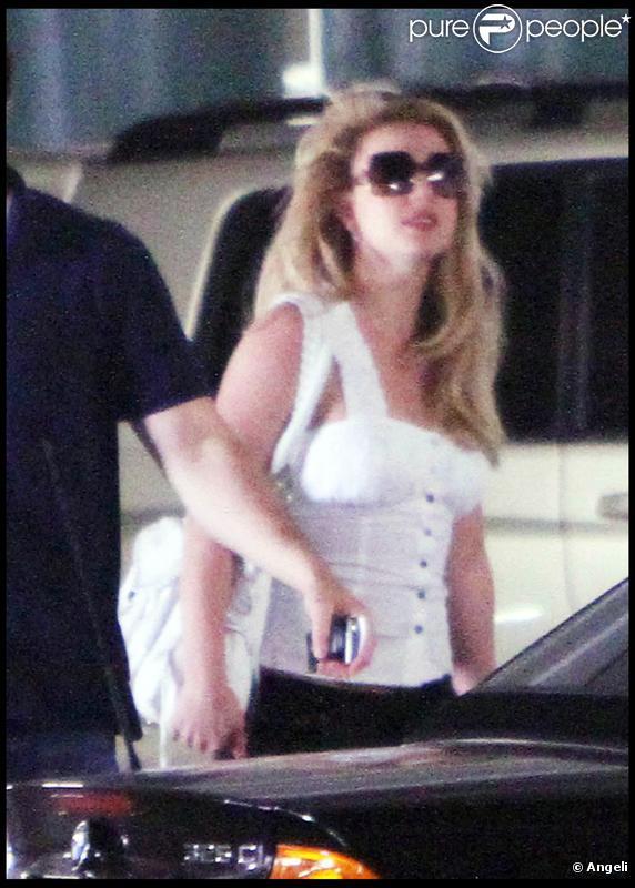 Britney Spears se rend à un rendez-vous professionnel en compagnie de sa mère, Lynne, le vendredi 12 mars. Sean Preston et Jayden James ont accompagné leur maman.