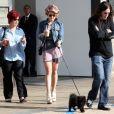 Kelly Osbourne passe l'après-midi avec ses parents Ozzy et Sharon Osbourne et son chien à Los Angeles le 20 mars 2010