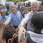 Bill Clinton et George W. Bush ensemble au chevet de Haïti : l'un est acclamé comme le messie, et l'autre hué !
