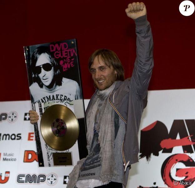 A quatre jours de son concert dans le pays, David Guetta reçoit un disque d'or pour célébrer le succès de son album One Love au Mexique, lors d'une conférence de presse à Mexico.