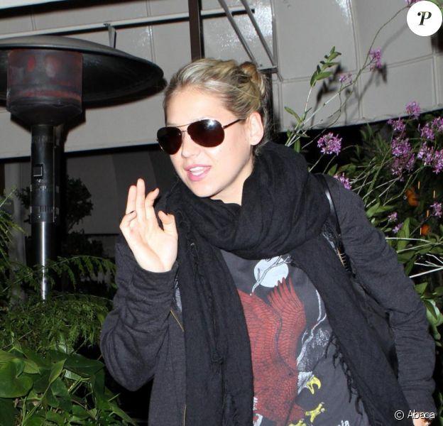 Anna Kournikova se rend à l'aéroport LAX de Los Angeles en pleine nuit en portant des bagages Louis Vuitton le 30 mars 2010