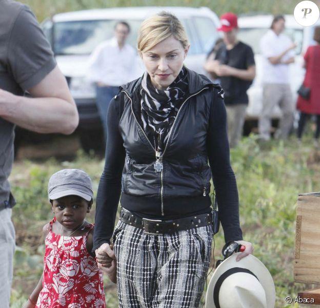 Madonna et sa fille Mercy en visite au Millenium village, au Malawi, le 5 avril 2010 !