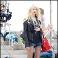 Taylor Momsen a beau avoir 16 ans, elle a déjà un look de femme. Micro-short, talons, bas résilles, porte-jartelles apparents et maquillage à outrance... une vraie Lolita !