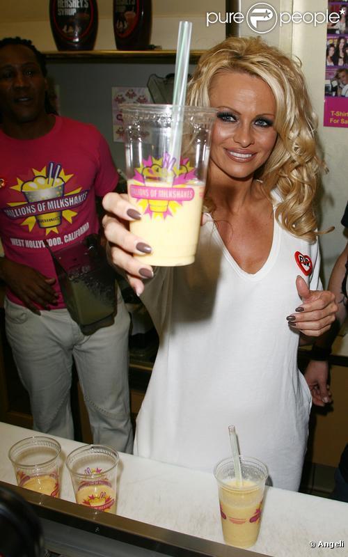 Pamela Anderson inaugure un nouveau milkshake sans lait au magasin Millions of Milkshakes, sur West Hollywood, le vendredi 9 avril.
