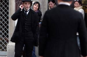 Le beau Robert Pattinson troque ses dents contre costume et chapeau d'époque... Et il est toujours aussi séduisant !