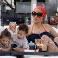 Sous l'oeil de leur maman, la chanteuse Jennifer Lopez, les jumeaux Max et Emme, 2 ans, expérimentent la vie.