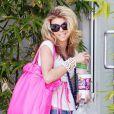 AnnaLynne McCord se rend chez un ami, à Los Angeles, avec une ration énorme de fast-food dans les bras, vendredi 16 avril.
