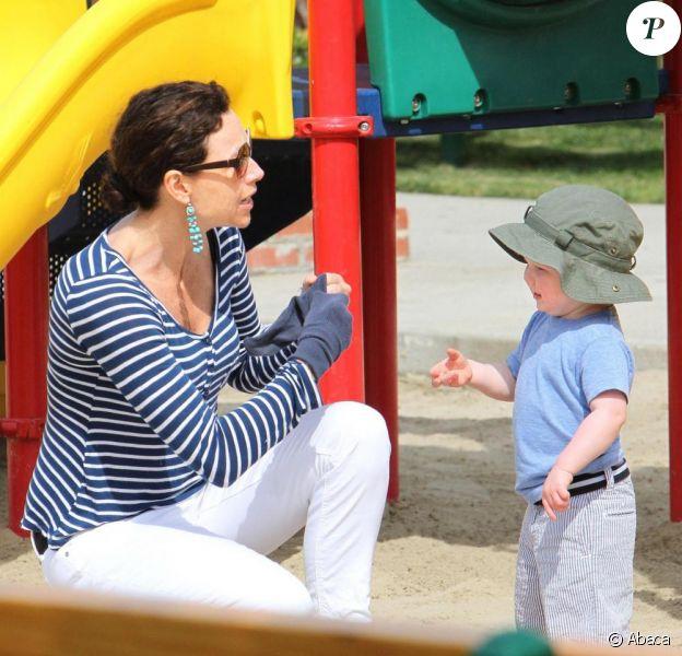 Minnie Driver partage un moment de complicité dans un parc de Malibu aux côtés de son fils, Henry, samedi 17 avril.