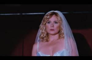 Regardez Kim Cattrall, vêtue d'une robe de mariée... jouer les stripteaseuses !