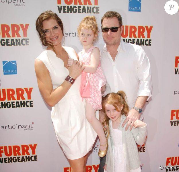 Brooke Shields en famille lors de la première du film Furry Vengeance à Los Angeles, le 18 avril 2010