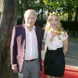 Gérard de Villiers et sa compagne Sylvie Elias (maman de Sarah Marshall) au vernissage de l'exposition des tableaux de Pal Sarkozy, à l'Espace Pierre Cardin, le 24 avril 2010