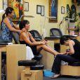 Lisa Rinna : Pendant qu'on s'occupe de ses pieds, elle se détent tranquilement en se faisant masser !