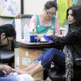 Kim Kardashian : Elle fait d'une pierre deux coups... Manucure ET pédicure !