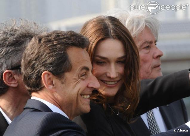 Carla Bruni et Nicolas Sarkozy visitent le pavillon français de l'Exposition universelle de Shanghaï, accompagnés de l'acteur Alain Delon, parrain du bâtiment. 29/04/2010