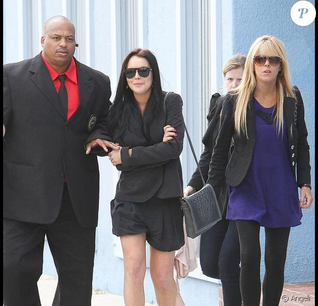 Lindsay Lohan se rend chez son avocat accompagnée de sa mère Dina Lohan pour y faire une déposition lors des suites d'une affaire datant de 2007 le 4 mai 2010 à Venice Beach