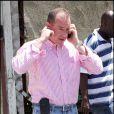 Michael Lohan, très occupé au téléphone, serait à Los angeles pour reprendre la vie de sa fille Lindsay Lohan en main le 4 mai 2010