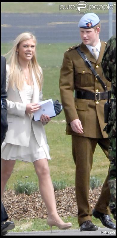 Chelsy Davy assiste à la décoration de son petit-ami le prince Harry, qui a reçu des mains de son père le prince Charles, des insignes de  l'armée de l'Air, le 7 mai 2010  dans le Hampshire