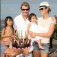 Johnny, Laeticia et leurs deux fillettes Jade et Joy à St Barth pour l'anniversaire des petites en août 2009
