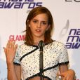 Emma Watson porte un robe Karl Lagerfeld, des souliers Louboutin et des bijoux Chanel lors des National Movie Awards à Londres le 26 mai 2010