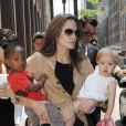 Shiloh Jolie-Pitt avec sa soeur Zahara et sa mère Angelina Jolie à New York le 16 juin 2007 : Shiloh a 1 an