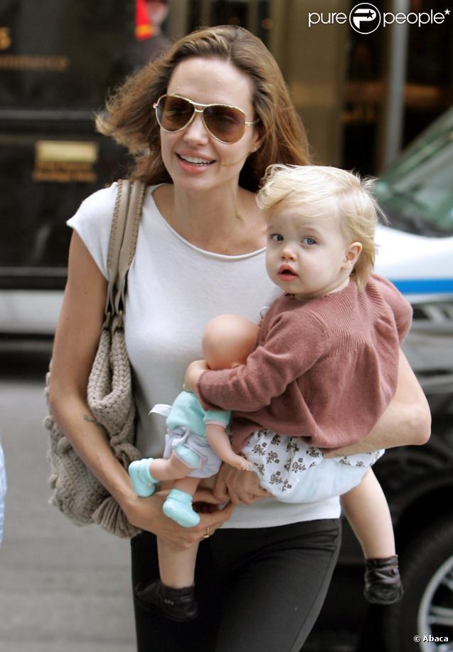 Shiloh Jolie-Pitt dans les bras de sa mère, Angelina, à New York en juillet 2007