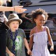 Shiloh Jolie-Pitt, tellement complice avec sa soeur Zahara, malgré leurs divergences de style vestimentaire ! (5 octobre 2009)