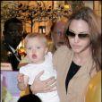 Shiloh dans les bras d'Angelina Jolie au côté de son grand frère, elle a 1 an (juin 2007)