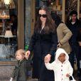 Angelina Jolie avec ses filles Shiloh et Zahara à New York en février 2009