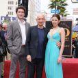 Ben Kingsley reçoit son étoile sur le Walk Of Fame, à Los Angeles, le 27 mai 2010. Avec son fils, Edmund, et sa femme, Daniela Lavender.