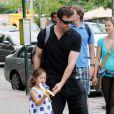 Hugh Jackman se rend à l'école de sa fille Ava, 4 ans et demi, pour la récupérer à la sortie de la classe, jeudi 27 mai, à New York.