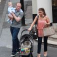 Wayne Rooney, son épouse Coleen et leur petit Kai sortent du restaurant San Carlo à Manchester le 31 mai 2010