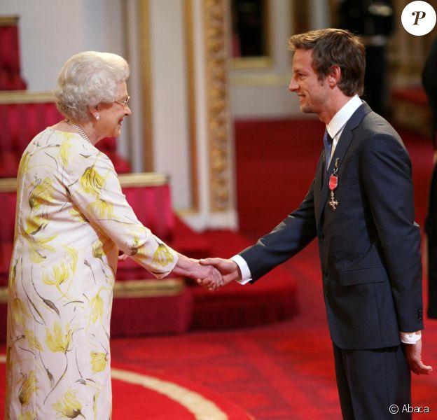 Jenson Button a été décoré par la reine d'Angleterre le 2 juin à Buckingham Palace