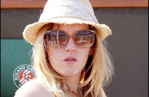 Roland-Garros 2010 : Ludivine Sagnier concentrée et jolie comme un coeur quand elle regarde un combat de filles !