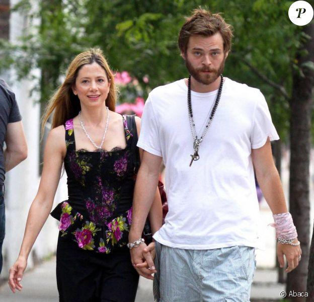 Mira Sorvino et son époux dans les rues de New York le 12 juin 2010