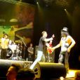 Slash se fait agresser par un inconnu sur scène, à Milan, le 10 juin 2010.