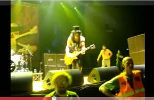 Regardez Slash, ex-membre de Guns N'Roses, se faire agresser en plein concert !